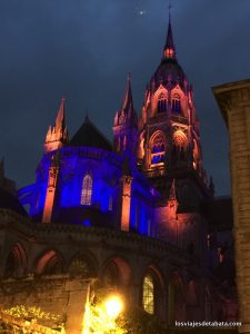 La catedral de Bayeux iluminada